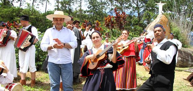 Secretário Lucena com o grupo folclórico da Ilha da Madeira durante a colheita da uva