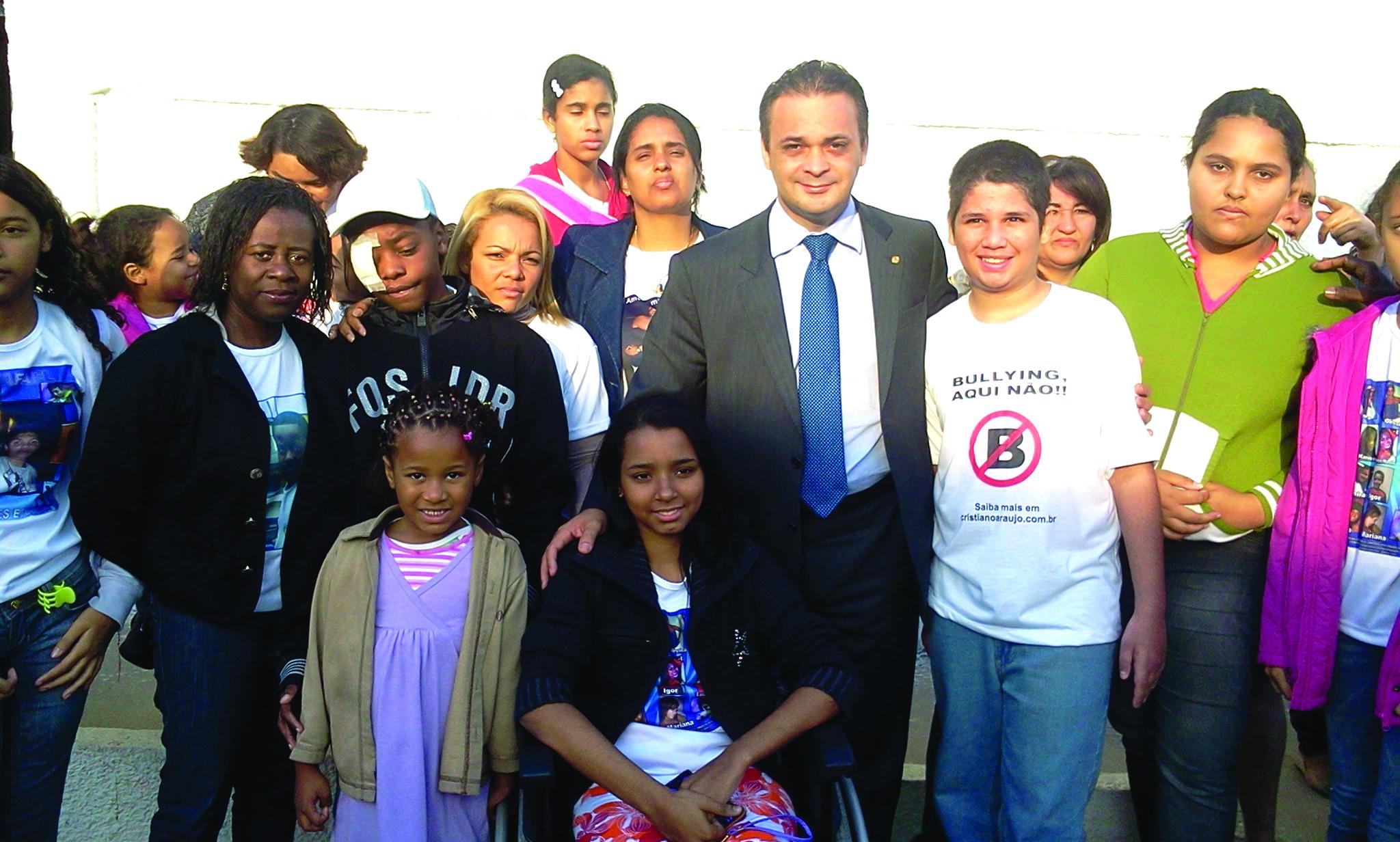 Roberto de Lucena com os sobreviventes e familiares da tragédia de Realengo
