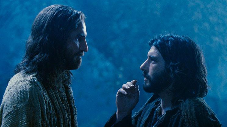 """Jesus aos discípulos dirige a palavra: """"Um de vocês vai me trair"""". Os doze trocam olhares e perguntam ao Mestre: """"Porventura, sou eu, Senhor?"""" Judas também a faz e Jesus responde: """"Você está dizendo que é você""""."""