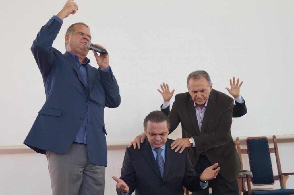 Pastor Roberto de Lucena recebe oração