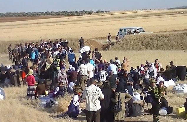 Imagem tirada de vídeo mostra refugiados sírios esperando para cruzar a fronteira com a Jordânia