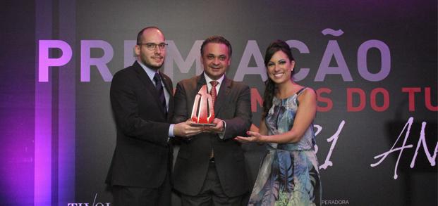 """Roberto de Lucena entrega o prêmio de """"Incentivo ao Turismo"""" para o pastor Miguel Peres"""
