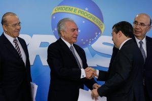 (Brasília, DF 22/12/2016) Presidente Michel Temer cumprimenta o Ministro do Trabalho, Ronaldo Nogueira, após seu discurso na Cerimônia de assinatura de MP com Medidas do Programa de Manutenção e Geração de Empregos. Foto: Marcos Corrêa/PR